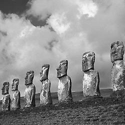 Les 7 monolythes de Ahu Akavi regardent vers la mer.